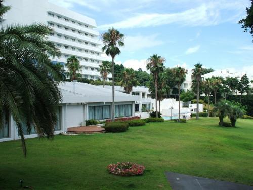 鳥羽本館の両側にコテージ棟が造られており、その前にも手入れの行き届いた芝生が続いている。