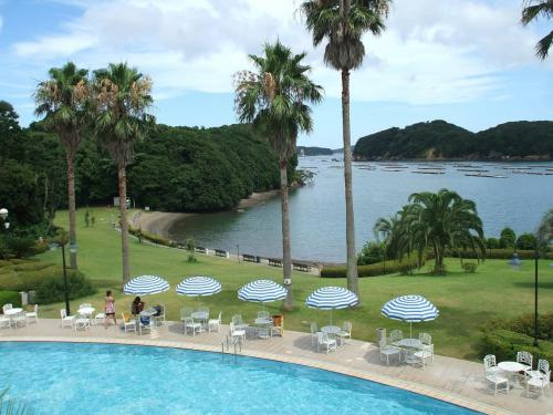 プールサイドに広げられたパラソルが夏のリゾートらしい雰囲気を演出している。