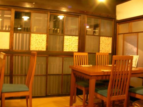 店内の様子です。<br />昔ながらの町家風の佇まい。<br />畳の部屋にテーブル席でした。