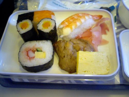 名古屋〜釜山便は飛行時間が短いためか、いつも機内食は軽食です。<br />ほむほむ。今日はお寿司セットでございますな。<br />ごぼう漬けの細巻きがおいしゅうございました。