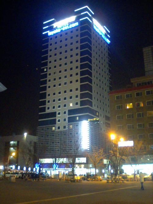 どうにかこうにか釜山駅のバス停で降りて、ガイドブックなどでよく目にする釜山駅のグラッシーな駅ビルを確認したときはホッとしました。<br />さあ、駅ビルから少し脇へ視線をずらすと今回お世話になる『東横イン 釜山?』が目映くそびえ立っていました。<br />もちろんビジネスホテルですが、2008年12月に出来たばかりというので期待が膨らみます。