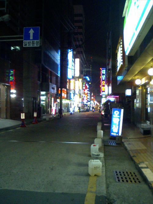 ホテルの外へ出て、ふとホテル横の路地を見るとちょっとしたネオン街。<br />うむむ・・・ちょっと興味をそそるけど、とりあえず後回しにしておこう。(−−;