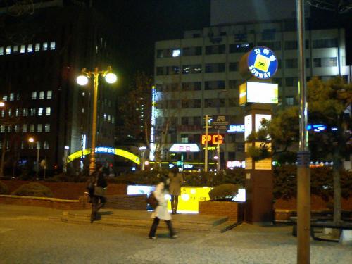 ホテルから徒歩1分で地下鉄駅。<br />こりゃ便利だね〜♪