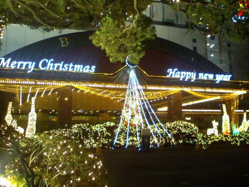 ロッテホテル釜山のエントランス前はもう光の大洪水。<br />クリスマスも新年も一緒くたでございます。