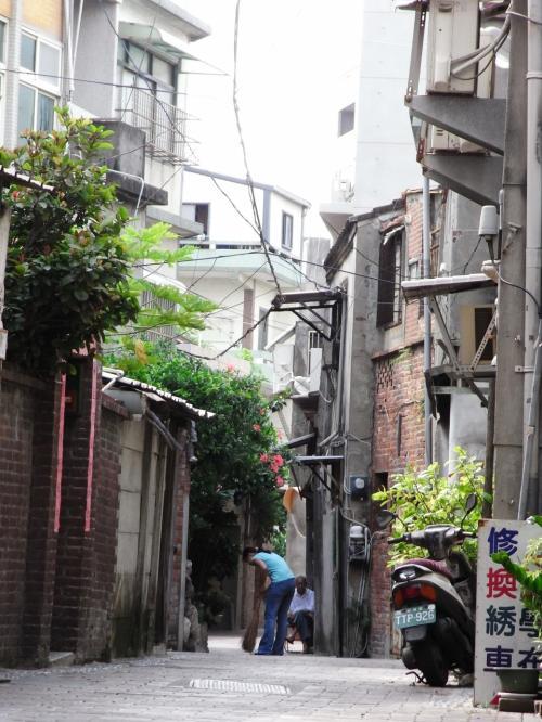 更に歩いてふと横を覗くと、日本の下町のような風景がありました。<br /><br />