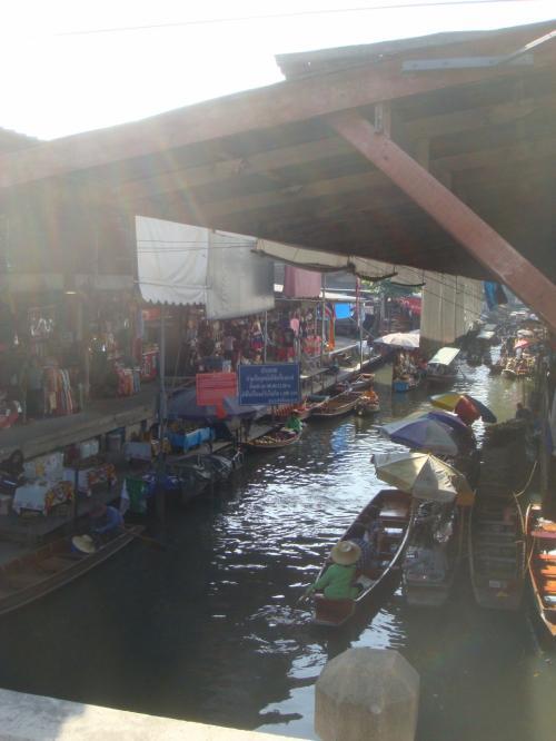 チケット売り場で迷うも、何とかバスに乗り込み、水上マーケットに着きました。<br />降りたところがボート乗り場。<br />待っていた係の人に連れられ、簡単な説明を聞く。<br />最後に、調べていた料金より何倍もの値段を言われ、「私たちはマーケットまで歩いて行く」といいました。<br />すると、客を逃すより少しでもお金をもらいたいらしく、結局は2人で600バーツ(モーター付き)でOKしました。<br />これでも高いはず?!<br />同じボートに乗り込んだカップルはいくら払ったのでしょう?