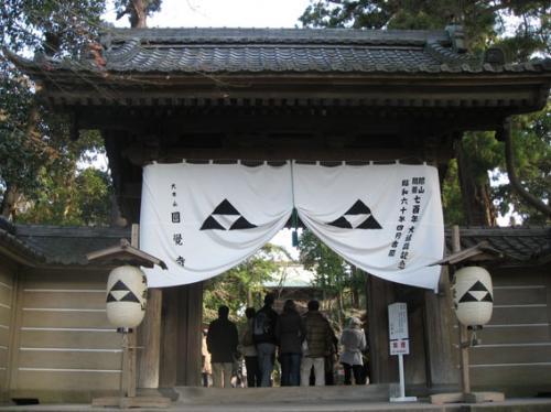 お正月なので、鎌倉五山巡りをする人達が大勢いました。<br />鎌倉駅からすぐのところにある総門から。