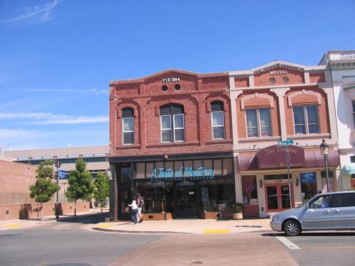 Steinbeck Centerの筋向い、Main Streetのはずれにある古い建物を利用したモンテリ−郡、地元のワイン・テイスティングの店。
