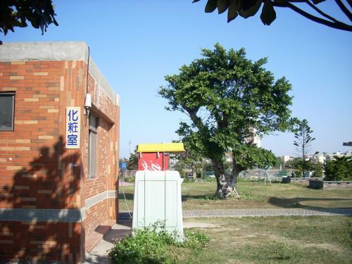 約40分で鹿港ターミナルに到着。<br />向かいの運動公園公衆トイレは<br />清潔でした。<br />