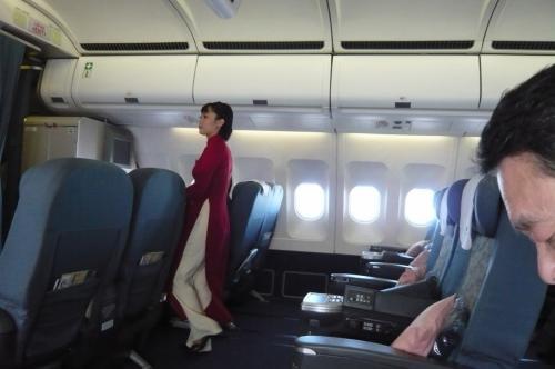 機内の様子 女性のクルーは、 民族衣装のアオザイ。スマートな方ばかりで皆さんお似合いです。