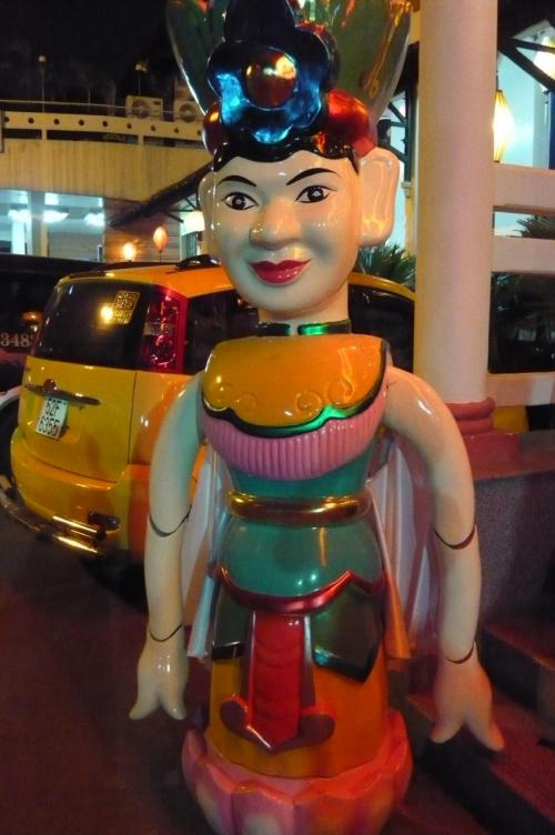 出入り口にある人形劇で使われる人形の大きな模型。 どう見ても可愛い〜 と 言えない。 でも面白い!