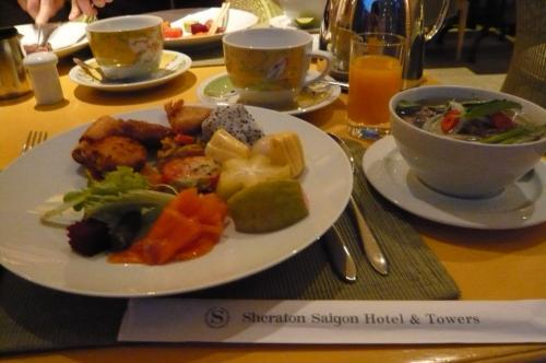 朝食 まずフォーを。 やさしい味。野菜 果物 和風 中華風 ステーキ クレープ 卵料理。いろいろあって、美味しくいただきました。