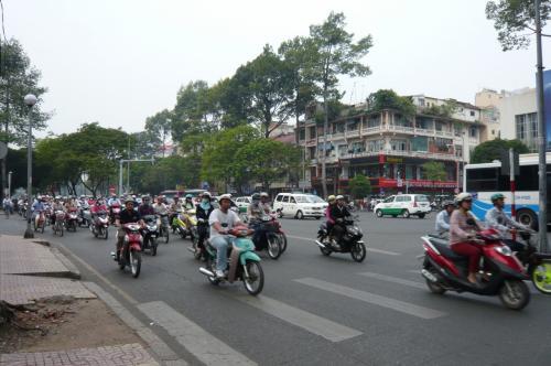 ホテルの近くを散歩。 ものすごいバイクの群れ。 もちろん 車。その中を横切るのが、まだ慣れないので。大変!