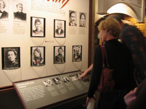 スタインベック・センターにあるミュージアムの家族写真の展示。