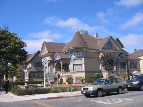 スタインベックの生家、The Steinbeck Houseは、132 Central Ave.にある。National Steinbeck Center玄関前の通り、Central Ave.を西に、3ブロックほど行ったところにある。<br />父、John Ernstは、郡の出納長をつとめていた。 <br />