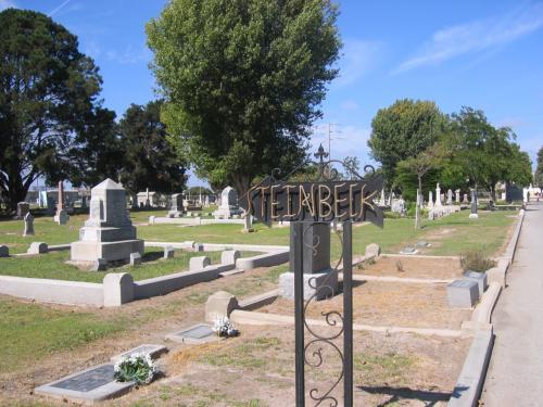 """スタインベックの墓所、The Garden of Memories は、サリーナスの南東2マイルの町外れ、768 Abbott Streetにあります。1968年12月20日に66歳で、ニューヨークで没。Hamilton家のPlotに家族と眠っている。(お母さんのOlive Steinbeck、お父さんのJohn Ernst Steinbeck、おじさんの William John Hamilton、 妹の Mary S. Decker)、そしてこれらの人達は、""""East of Eden""""に登場。この映画でも Samuel Hamilton's の埋葬が、この墓地がセットになったそうです。"""