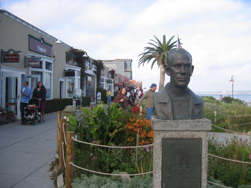 「キャナリ−・ロー」の海側の広場にあるスタインベック像。