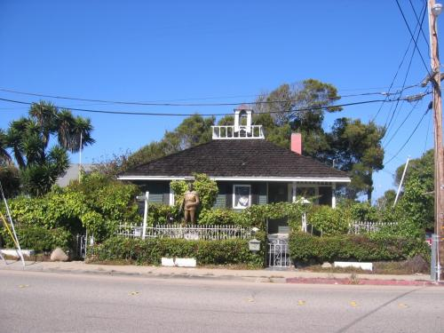 モントレーの水族館から、西は、閑静なパシフィック・グローブの町になり、222 Central Ave(2nd & Central)にあるElizabeth Hmilton's Cottageは、スタインベックの母方祖母の家だった。ここで、East of Edenを書いたと言われています。