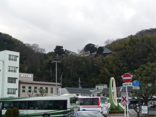 八幡市駅前と男山。