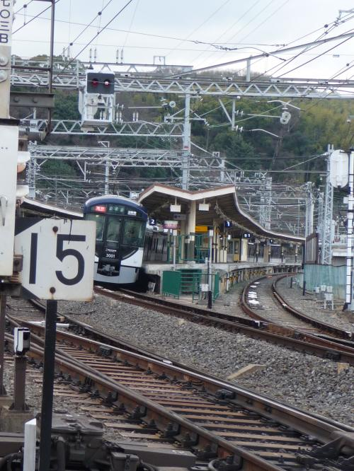 線路沿いまで歩いてくると、ちょうど京都方面の京阪電車が駅を発車するところでした。