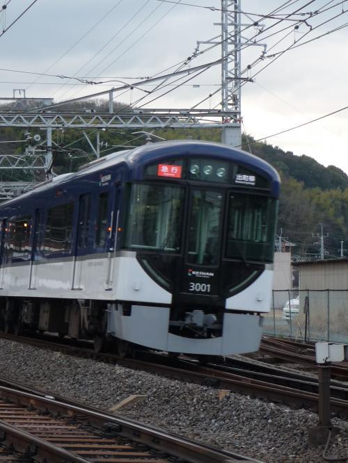 昨年末に開業した「中之島線」に合わせて新造された京阪電車。<br />今までの色合いに比べてシックな感じがします。