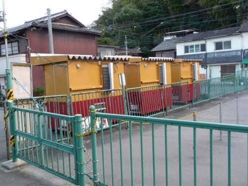 臨時の切符売り場は、京阪電車の色をしています。