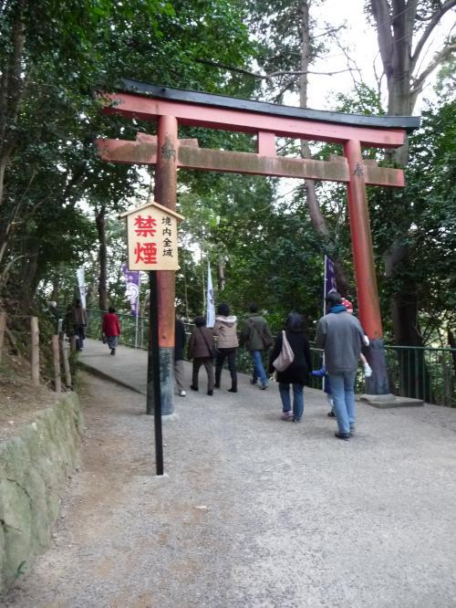 ケーブルの駅から石清水八幡宮までは徒歩約5分。<br />参拝経路は一方通行になっています(たぶんお正月だけ)。