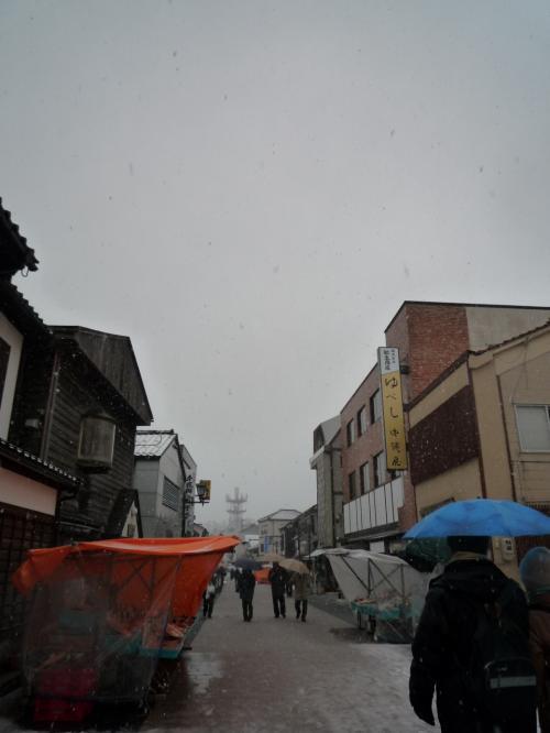 <br />輪島の朝市です。みぞれから雪に変わり とても寒い<br /><br />朝9時過ぎに着いたので 人も疎ら<br />天気が悪いのでお店(露天)も疎ら。。。<br /><br />私たちの旅もメインはここ「朝市」ですからー<br />寒さにめげず、レッツGO〜