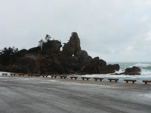 窓岩・・<br /><br />「波の花」が良く見られる海岸沿いにあります<br /><br />