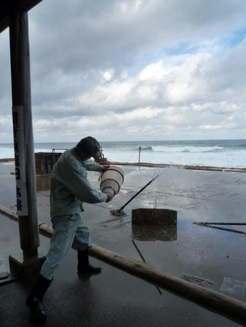 <br />砂の上に海水を撒き・・<br /><br />おじさん!おじょうず♪