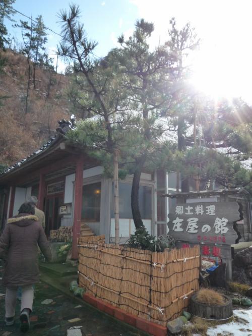 お昼の注文もバス中で行います。<br /><br />塩田を出て少し戻ります<br />「垂水の滝」の近くに<br /><br />「庄屋の館」・・茅葺き屋根でどっしりとして、趣があります<br /><br />  http://www.notokankohotel.co.jp/yakata.htm<br /><br />悩みました・・<br />海鮮丼にするか、、カキフライにするか・・゚。(p_q)。゚<br />