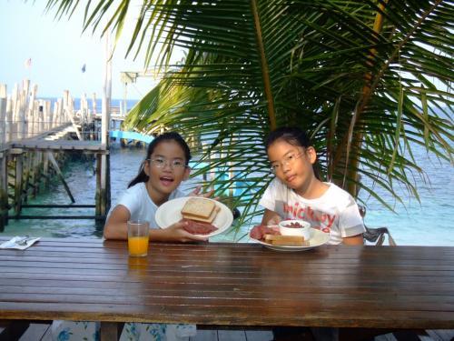 海をバックに朝食を食べますが、子供達は今までに<br />見たことないくらいに、パンの間にベーコンやら<br />サラダを挟み込んだり、パンケーキのタワーを作って<br />とにかくバクついてました。<br />「ママ〜おいしいよ!」ってね。<br />毎日ご飯の食べすぎでした。<br />どの島でもだいたい、土曜日の宿泊だとディナーは<br />バーベキューが定番になります。シーフードが主ですが、ここラワ島では、ビーフ、ラム肉があり、<br />旦那がバクバクくらいついてましよ。