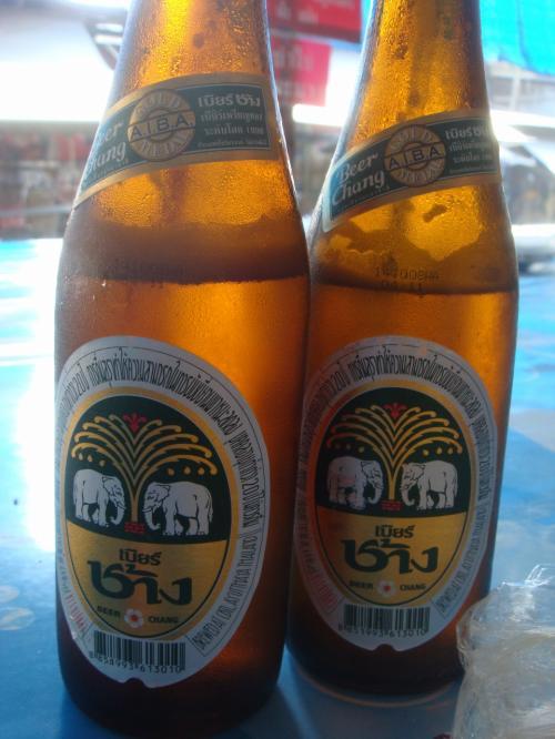 そしてビール。<br />とてもいい天気で、時計を見ると11時頃でしたが飲んでしまいました。<br />最高にうまかったです!<br />このビール、相方が値切って買ってきました。<br />ビールも安くできるんでしょうか?<br />ジュースのようにがぶがぶいけます!