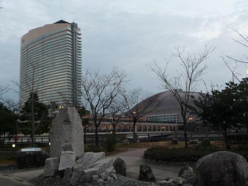 ホテルから3〜4分も歩くと、ヤフードームとJALシーホークが見えてきます。