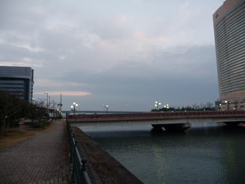 川の下流には福岡都市高速の高架があり、その向こうは海です。
