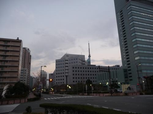 別の道からホテルに戻ろうとすると、福岡タワーも建物の間から見えていました。