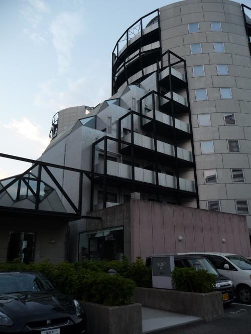 散歩から戻ってきました。<br />改めて見ると、「ハイアット・レジデンシャルスイート・福岡」って面白い形の建物です。