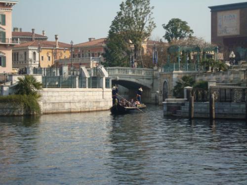そして次はヴェネツィアン・ゴンドラに<br />乗りに行きました〜<br /><br />私達の乗ったゴンドラのゴンドリエは<br />自称イタリア系日本人の男性<br />とイタリア系日本人の女性でした(笑)