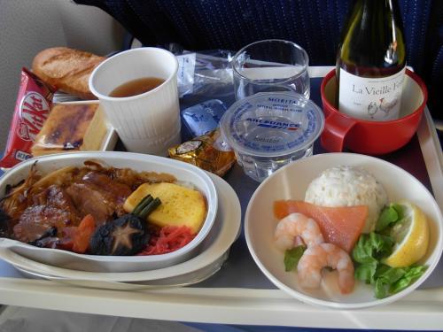 エール・フランスでは、白い カップ!に お味噌汁が 出る。<br />この小さな おもてなし!は ホッと 一息 つけて 嬉しかった。<br /><br />「ノース・ウエスト航空」の 「ワールド・パークス」で マイルで 貯めている 私は、<br />たまたま 今回も <br />AFが「スカイ・チーム」の 一員!ということで、<br />マイルが 溜まるようで ある。<br /><br />でも、 ソレ!を 使った 旅・・って<br />まだ したコトが ない・・・。