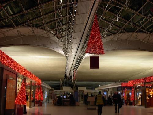 パリの シャルル・ドゴール空港には <br />私も 姉も 丁度 30年ぶり・・・に やって 来た〜ッ。<br /><br />若い 時、「何て 近未来的な 洒落た! 空港なんだろう」と 思ったが、<br />かなりの 時代!を 経て、年季が 目立つ。<br /><br />コチラで、4時間の 待ち合わせ。<br /><br />私達は、パリから モロッコ・カサブランカ 空港行きの 飛行機に 乗り換える。<br />飛行時間は 約 3時間。<br />