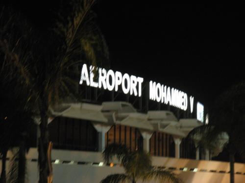 無事、モロッコ・カサブランカの 空港 「ムハンマド 5世 空港」に 到着。<br /><br />東京から、 飛行機に 乗っていた(経由地を 含む)のは、 約 20時間。<br /><br />朝 起きて、 カサブランカの ホテルの ベッドに 休むまでは、 <br />ーーー何と、約 30時間近く・・・が 経過していた。<br /><br />とにかく ホテルの ベッドで 一寝入り!したい。<br /><br />海外旅行の 第一日目は、 <br />けっこう、 忍耐力が 必要 だ。 (笑)
