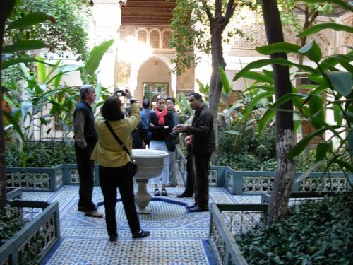 バイア 宮殿の アラブ式の 庭園は、<br />四方に 緑の 木々が 植えられていて、<br />とっても 涼しげ・・・。<br /><br />真ん中に 小さな 水桶。