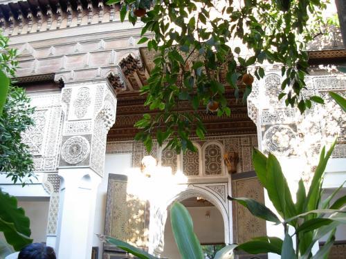 こうゆう イスラム式の 庭園!って、<br />本来、 真ん中の 小さな 噴水(水桶) 以外、<br />何も 無くて だだっ広い 空間! だったりする。<br /><br />でも、 コチラ! <br />バイア宮殿は 建物の アラベスク模様の 透かし 柄!が 庭園の 緑の 葉っぱと <br />絶妙の 美しさ!を 魅せてくれる。