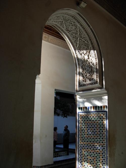 午前中の 柔らかい 光を 受け、<br />宮殿の 白い! アーチ型の 門も<br /><br />涼しげ!に 見える。<br /><br />細かい 透かし模様!に<br />木々の 陰が 風に 揺れる・・・。