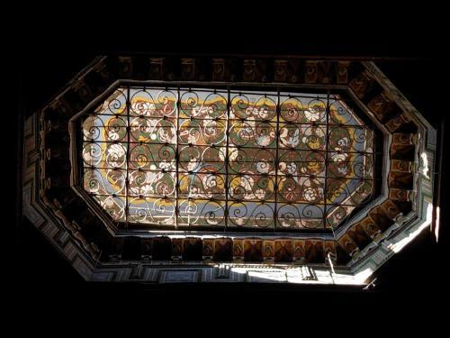 バイア 宮殿の 豪華な 部屋の 天井を 撮影してみた。<br /><br />細密画が 描かれる 天井は、<br />一段 高く 作られている。<br />その 高さ!は  光を 取り込む 工夫が なされ、<br />昼でも 暗い 部屋!に 小さな 光!を 集めてくれる。