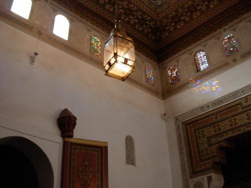 沢山の 小さな アーチ型の 窓は、<br />色 鮮やかな ステンドグラスが 彩り、 とっても綺麗〜。<br /><br />でも、 ソレより・・・、<br />右の 壁に 反射して 大きく カラー!を 魅せる<br />「ステンドグラスの 色模様」が 気になり、面白い。 <br /><br />歴史 ある! 豪華な 宮殿の お部屋 拝見!では<br />短時間に 細かい! 壁の 細密画。<br />渋い! ステンドグラスの 灯りetc・・・を<br />短時間で 見なくては いけないので <br />写真を 撮るのも 大忙し〜〜。 (笑)