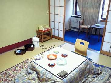 10:00 上田を出発。一足早い春の陽気。須坂「竹の春」でお昼。ざる蕎麦とそばまんじゅうを注文。蕎麦の量が少ないため、サイドメニュー追加で丁度良く満たされました。<br />16:00 渋温泉到着。「初の湯」チェックイン。今回泊まるのは別館になるそうで、階段を下りたり上ったりして、通されたお部屋は古くてどこか懐かしく親しみが持てる。コタツがけの柄はおばあちゃんの家のようで・・レトロな雰囲気だけど清潔感は損なわれていない。ウェルカム饅頭&煎茶で一服。<br />