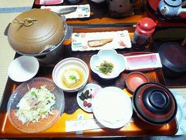 8:30 朝食。昨晩の夕食と同じ場所。固形燃料に目玉焼き、鮭、揚げ出し豆腐・・普通の朝食でした。<br />9:30 チェックアウト。気配りの行き届いたもてなしに心から感動し、また来たいと思わせる宿でした。<br />