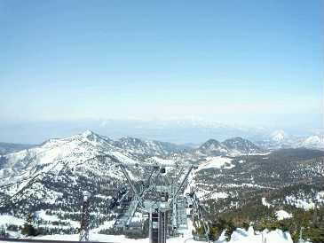 宿を発ち、志賀高原へ。スキー&スノーボードを満喫。横手山山頂にはパン屋さんがあり、フカフカのパンはぜひ食べたい一品。そして売り切れてしまって食べることができなかったのが「ボルシチセット」ぜひ食べたかった。横手山山頂から下るのにスノーボードは禁止。なので板を持ってリフトで下山。日本最高峰のスキー場とあって、かなりスリルのある下りリフトでした。