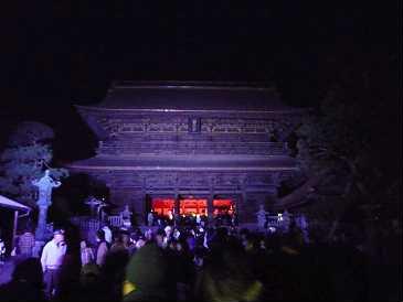 夕方、山を降りて長野市へ。この日まで行われている善光寺灯明祭りへ。参道には市民が作った灯篭が優しい光を放っていました。どれも手が込んでいて見入ってしまうものばかり。宿坊もそれぞれ工夫をこらしていて食事も気軽に出来るようになっていました。観光客へごったがえしていて賑やかでした。当の善光寺は5色にライトアップされていて、見ごたえがありました。